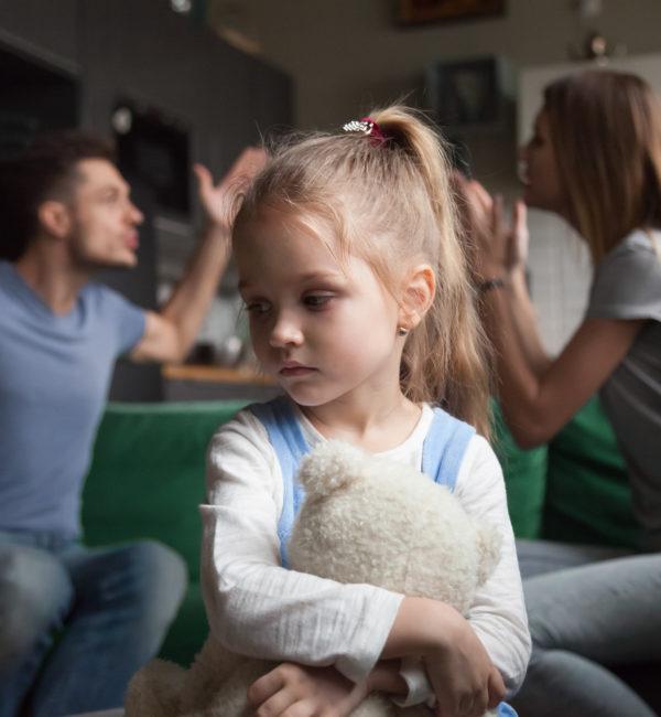Eltern streiten Kind traurig Familienrecht