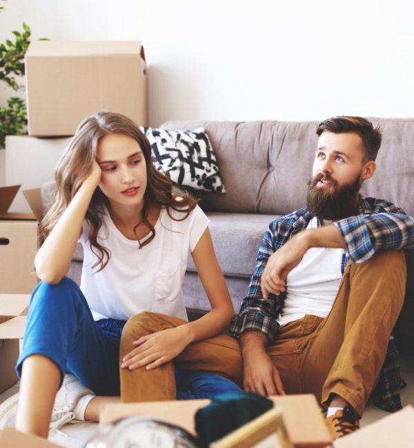 glückliches-junges-Ehepaar-zieht-in-neue-Wohnung