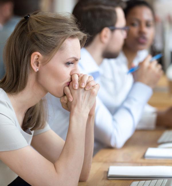 Mitarbeiterin-mit-Problemen-und-Zweifeln-über-geschäftliche-Momente